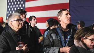 Anhänger des demokratischen Bewerbers Bernie Sanders in Iowa warten auf Ergebnisse der Vorwahl