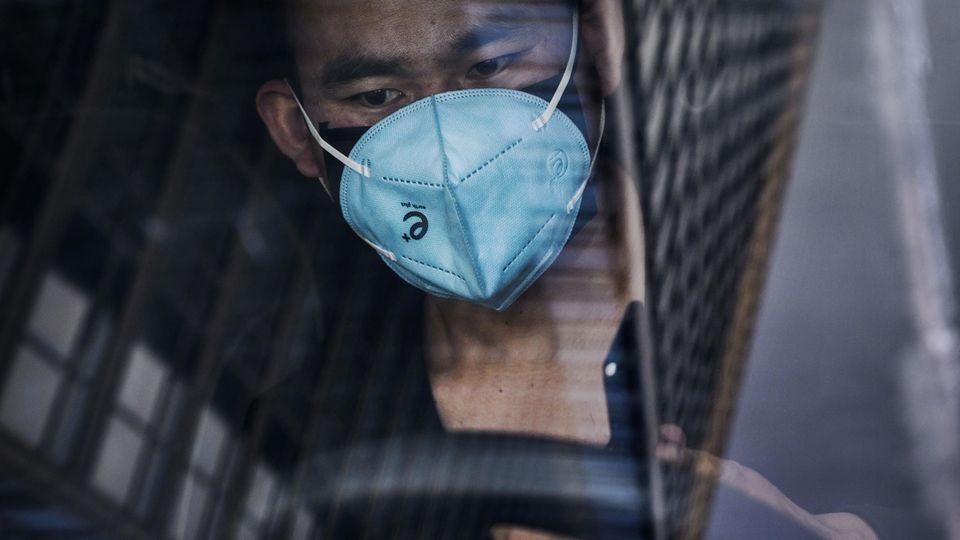 Ein Mann trägt eine Atemschutzmaske