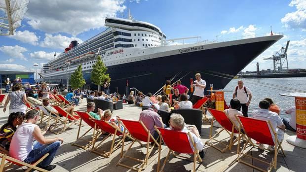 """Die """"Queen Mary 2"""" im Hamburger Hafen"""