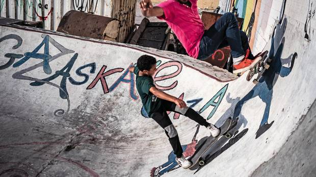 Zwei Jungs skaten in der Halfpipe am Hafen von Gaza-Stadt