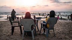 Abends strömen die Menschen in Gaza zum Strand