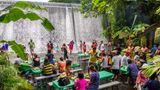 Philippinen: Labassin Waterfall Restaurant  Die Füße im fließenden Wasser, das Rauschen des Wasserfalls in den Ohren und die erfrischende Gischt in der Luft: In diesem Wasserfall-Restaurant auf den Philippinen setzt man sich am besten in der Badehose an den Tisch, um das traditionelle einheimische Mittagsbuffet zu genießen. Wer weitere Erfrischung sucht, kann nach dem Essen auch ganz ins Wasser eintauchen.