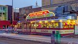 USA: Mickey's Dining Car, St. Paul  Hier isst man in einer offiziellen historischen Stätte der USA: Mickey's Dining Car zierte Plattencover, hatte Auftritte in Filmen oder Musikvideos und schaffte es auf die Titelseiten, als davor politische Auseinandersetzungen stattfanden. Die Art-déco-Ikone wurde in Form eines Eisenbahnspeisewagens designt – außen viel Metall, innen geschwungene Formen in Rotund Holztönen – und ist seit 1939 in der Hand der Gründerfamilie.