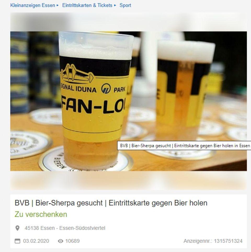 zwei gefüllte Bierbecher mit BVB-Druck