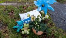 Erinnerungsstücke stehen zum Gedenken an ein gestorbenes Kind an einem Spielplatz