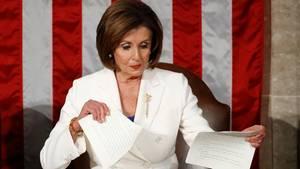 Nancy Pelosi, demokratische Vorsitzende des Repräsentantenhauses, zerreißt das Manuskript der Rede zur Nation von DonaldTrump
