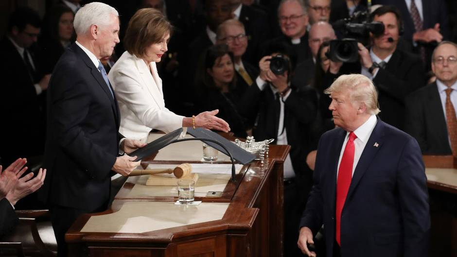 Trump iognoriert Pelosis Hand bei seiner dritten Rede zur Lage der Nation
