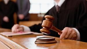 Richter fällt ein Urteil