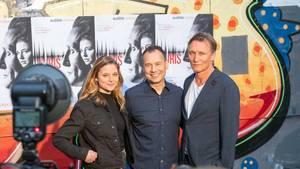 Bestsellerautor Sebastian Fitzek  posiert er bei der Premierenfeier mit den Schauspielern Svenja Jung und Oliver Masucci,