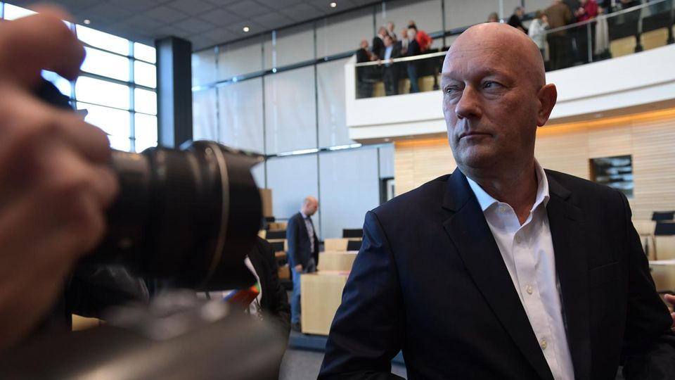 Thomas Kemmerich vor Kameras im Erfurter Landtag