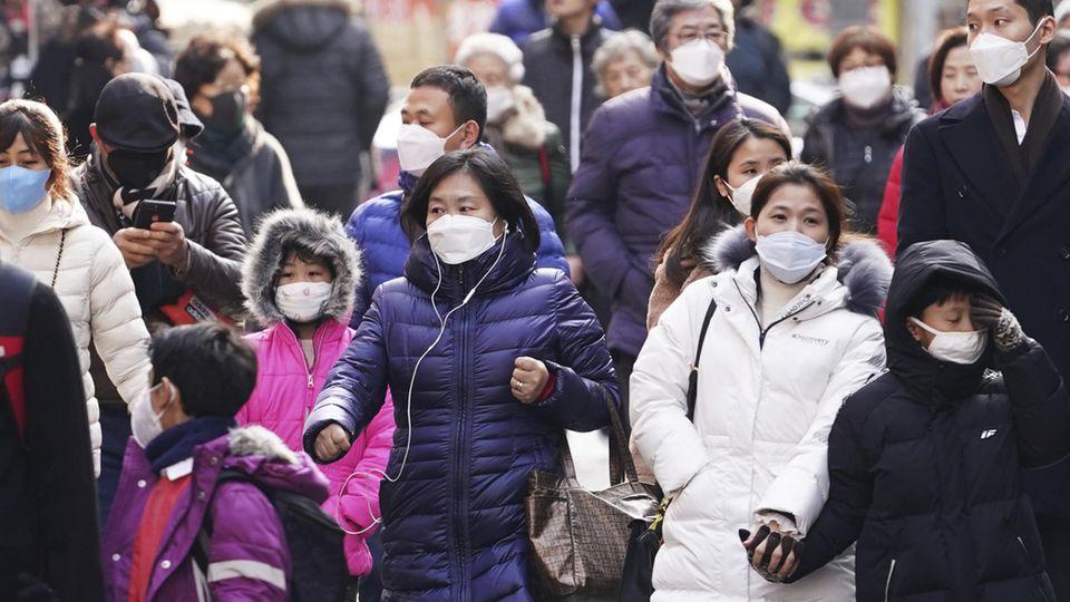 Coronavirus: Menschen tragen Mundschutzmasken