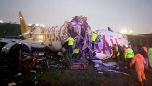 Auf dem Istanbuler Flughafen ist ein Flugzeug nach der Landung bei starkem Regen schwer verunglückt