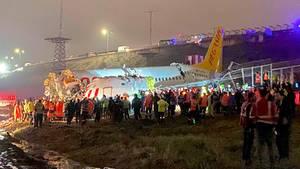 Die zerbrochene Boeing 737-800 von Pegasus Airlines am Rande desSabiha Gokcen Airport in Istanbul