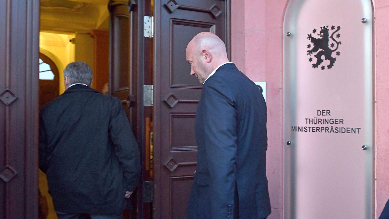 Thomas Kemmerich (FDP), neuer Ministerpräsident von Thüringen, betritt nach der Wahl die Thüringer Staatskanzlei