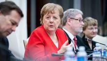 Kanzlerin Merkel spricht in ein Mikrofon