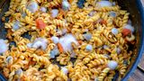 Schimmel ist DER Indikator dafür, dass das Essen nicht mehr gut ist. Schimmelsporen und Keime können sich bereits auch an Stellen verbreitet haben, an denen noch kein sichtbarer Schimmel zu sehen ist. Deshalb bringt es auch nichts, schimmelige Stellen zu entfernen. Werfen Sie die Essensreste dann besser in den Müll.