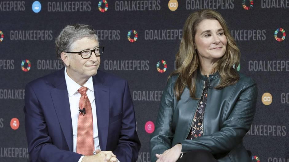 Bill und Melinda Gates sitzen auf einem Podium