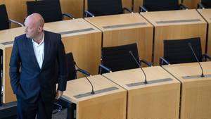 Thomas Kemmerich von der FDP vor leeren Bänken im Thüringer Landtag