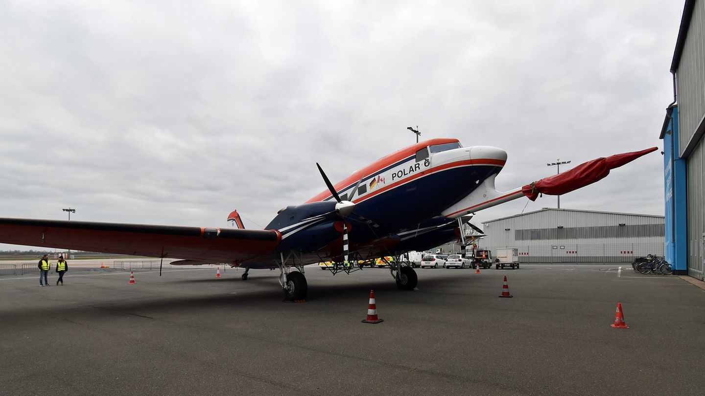 Polar 6 vor dem Hangar in Bremen