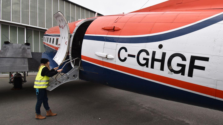 """Einhängen der Treppe aus Aluminium, um in das Innere des zweiten Forschungsflugzeuges zu gelangen, das wie die """"Polar 5"""" ebenfalls in Kanada zugelassen und von Piloten von dort geflogen wird."""