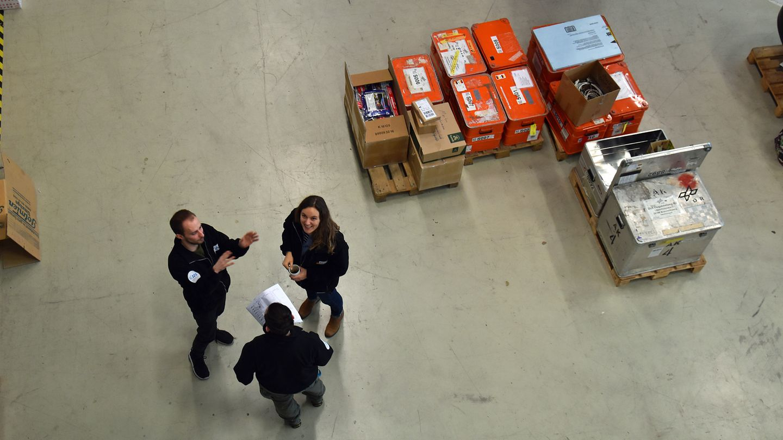 Gruppe von Wissenschaftler im Hangar