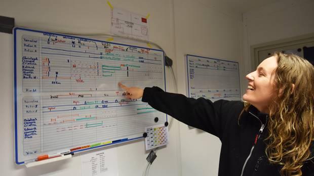 """Die Flugingenieurin Cristina Sans erklärt die Einsatzpläne, wann auf den beiden Maschinen """"Polar 5"""" und """"Polar 6"""" welche Wissenschaftler mit welchem Support-Team im Einsatz sind. Sie selbst wird vier Wochen bis Ostern und im August in der Arktis mit an Bord sein. ©Till Bartels"""