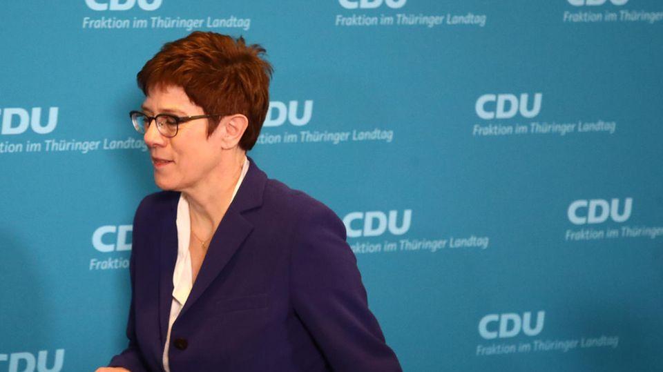 Kramp-Karrenbauer geht weg vor CDU Fraktion Thüringen Wand