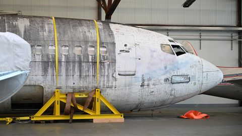 """Die Lufthansa-Maschine """"Landshut"""" steht im Bodensee-Airport in einem Hangar neben demDornier Museum"""