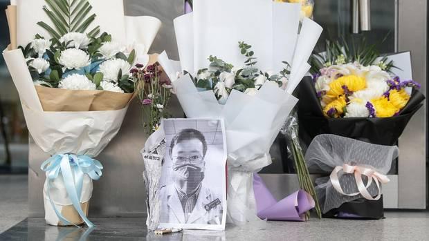 Trauer um Dr. Li Wenliang. Er starb an den Folgen des Coronavirus
