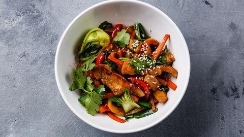 Tipp 1: Kochen Sie Ihr eigenes Essen  Es klingt völlig banal, einfach Essen selbst zu kochen. Aber in der Hektik des Alltags fehlt häufig die Zeit. Also wird schnell zwischendurch gegessen und immer wieder nach Fertiggerichten oder Convenience-Produkten gegriffen. Versuchen Sie mindestens einmal in derWoche frisch zu kochen. Wählen Sie einfache Rezepte mit einem hohen Anteil an Gemüse und komplexen Kohlenhydraten. Meiden Sie fett- und zuckerreiche Lebensmittel. Wer mag, kann die doppelte Portion kochen. So hat man gleich für zwei Tage etwas.