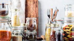 Tipp 2: Legen Sie sich einen Vorrat an  Wer unter der Woche nicht viel Zeit zum Einkaufen hat, sollte sich einen Vorrat anlegen: Reis, Pasta, Linsen, Bohnen, Kichererbsen, Dosentomaten, Dosenfisch ... Auch mit diesen Zutaten lässt sich schnell ein gesundes Gericht zaubern. Beispielsweise ein Kichererbsen-Eintopf mit Tomaten, Möhren, Spinat und ein paar Gewürzen. Wer die gewisse Abwechslung beim Kochen braucht, sollte verschiedene Gewürze und Kräuter zu Hause haben: Oregano für italienische Gerichte, Curry für indisches Essen und Kreuzkümmel für die orientalische Küche.