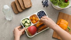 Tipp 4: Machen Sie Ihre eigenen gesunden Snacks  Klar, ein Schokoriegel ist schnell verspeist, aber gesund ist er nicht und geht direkt auf die Hüften. Deshalb: Schneiden Sie sich besser Gemüsestifte oder frisches Obst zurecht - fürs Nachmittagstief.