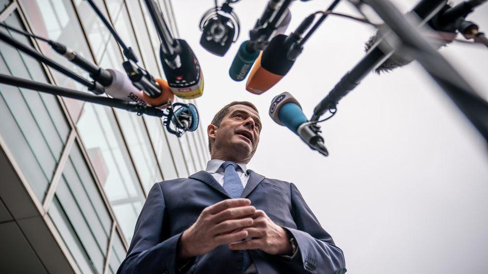 Mike Mohring von der CDU Thüringen vor Mikrofonen