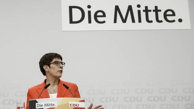 """Annegret Kramp-Karrenbauer vor der Aufschrift """"Die Mitte"""""""
