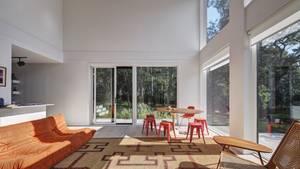 Der Wohnbereich erreicht die doppelte Containerhöhe, so wirkt das Haus innen nicht gedrückt.
