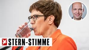 Annegret Kramp-Karrenbauer, Bundesministerin der Verteidigung und CDU-Bundesvorsitzende, nimmt während einer Pressekonferenz nach der Sitzung des CDU-Präsidiums im Konrad-Adenauer-Haus einen Schluck Wasser. Überraschend war der FDP-Politiker Kemmerich zum Ministerpräsidenten in Thüringen gewählt worden, das CDU Präsidium musste sich daraufhin beraten, wie es weitergehen soll.