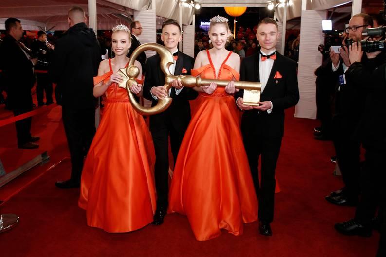 """Debütanten-Paare halten den symbolischen Schlüssel des Opernhauses vor dem 15. Semperopernball in der Semperoper. Das diesjährige Motto des Balls lautete """"Märchenhaft rauschend - Dresden jubiliert""""."""