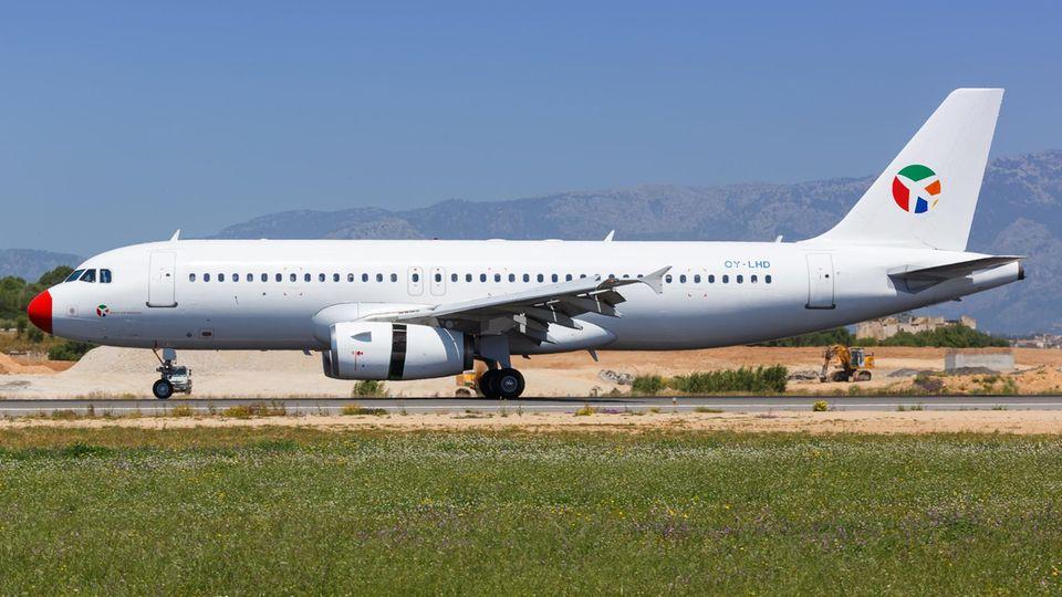 Ein Airbus A320 der dänischen FluggesellschaftDanish Air Transport (DAT)