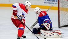 Wladimir Putin und Alexander Lukaschenkonehmen an einem Eishockey-Spiel während ihresTreffens in Sotschi teil