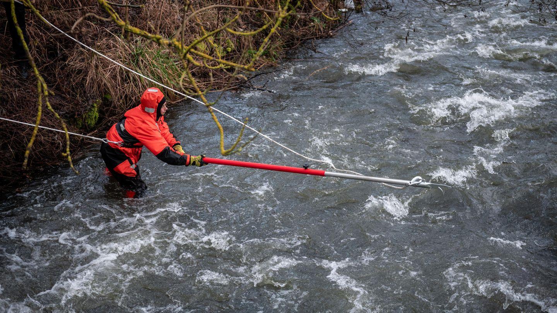 Menden: Feuerwehrleute durchsuchen auf ihrer Suche nach dem vermissten Mädchen einen Fluss