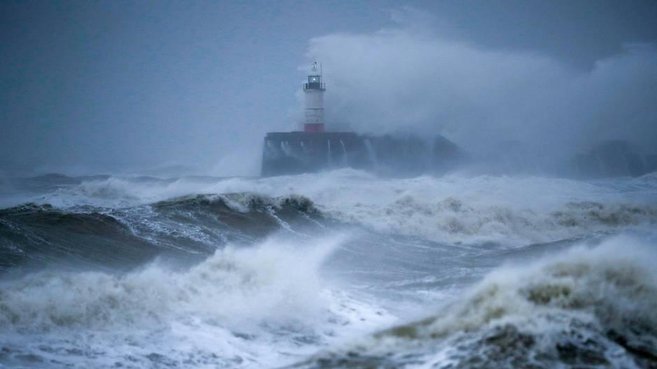 Sabine: In Großbritannien und Irland ist es am Wochenende zu erheblichen Schäden durch heftigen Wind und Regen gekommen.