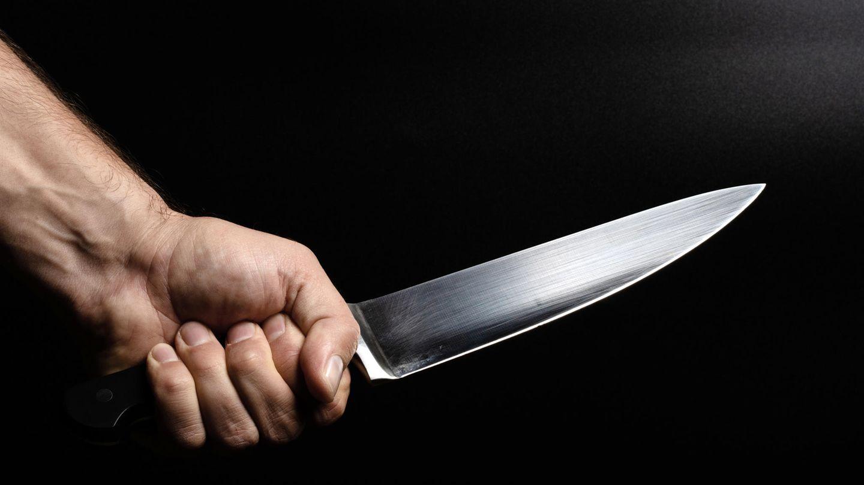 Ein Mann mit einem Messer als Smbolfoto für Nachrichten aus Deutschland