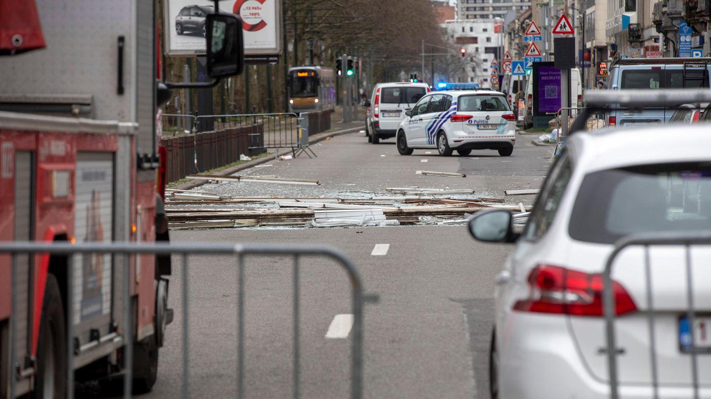 """Brüssel, Belgien:""""Sabine"""", der in Belgien """"Ciara"""" heißt, hat dort bis zum Montagvormittag etliche Schäden angerichtet. Verletzt wurde nach ersten Medienberichten niemand, als vielerorts im Land Bäume und Baugerüste umstürzten. In Brüssel löste der Wind Teile einer Leichtbaufassade, die vom sechsten und siebten Obergeschoss auf die Straße fielen. Auch etliche Dächer deckte der Sturm ab. Bahnen fuhren auf vielen Strecken verspätet oder eingeschränkt. Im Hafen von Antwerpen kippten aufeinandergestapelte Container um."""