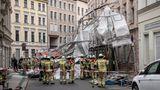 Berlin, Deutschland:Feuerwehrleute stehen in der Sophienstraße an einem von Windböen eingestürzten Gerüst.