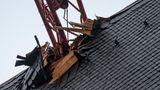 """Frankfurt/Main, Deutschland:Sturm """"Sabine"""" hat den Ausleger eines Baukrans umgeknickt und zum Teil durch das Dach des Frankfurter Doms gedrückt. Verletzt wurde niemand. Wie hoch der Schaden ist, konnte in der Nacht noch nicht gesagt werden. Die herbeigerufene Feuerwehr stellte fest, dass der Ausleger keine Gefahr darstellt, wie ein Feuerwehrsprecher sagte. Eine Fachfirma solle den Kran am Montag zurückbauen und den Ausleger entfernen, hieß es."""