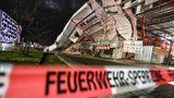 """Freiburg, Baden-Württemberg:Ein Baugerüst ist durch Orkanböen des Sturmtiefs """"Sabine"""" umgekippt."""