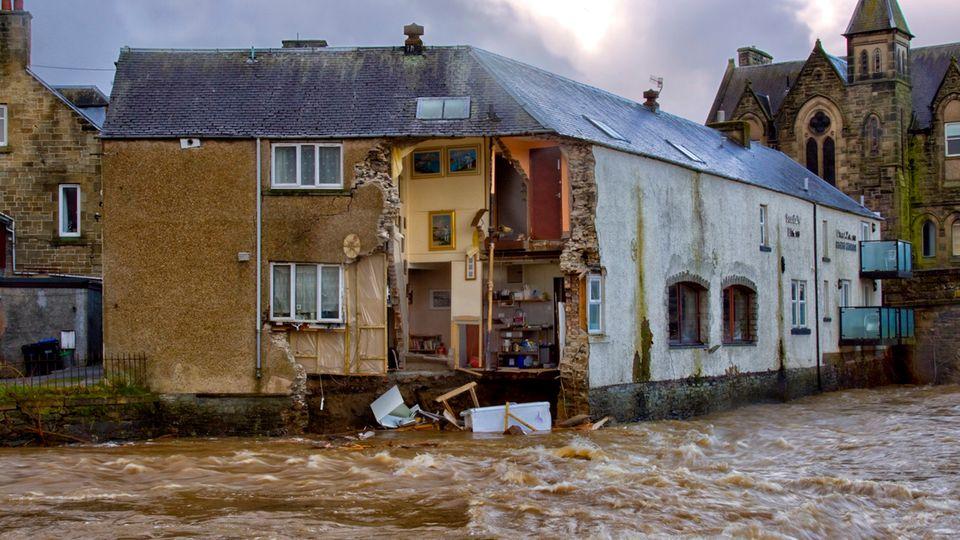 """Hawick, Großbritannien:Die Wand eines Gasthauses ist in den Fluss Teviot eingestürzt. Das Sturmtief """"Ciara""""hat durch starken Wind und Regen erhebliche Schäden im Land verursacht."""