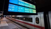 """Ein ICE steht an einem Bahnsteig, während auf der Anzeige """"Aufenthaltszug"""" steht"""