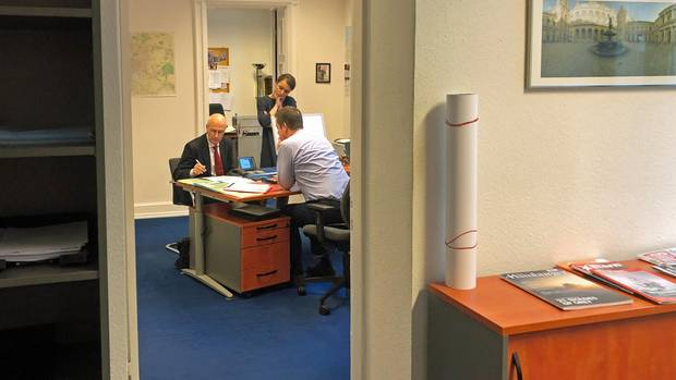 Peter Tschentscher im Büro seiner Mitarbeiter