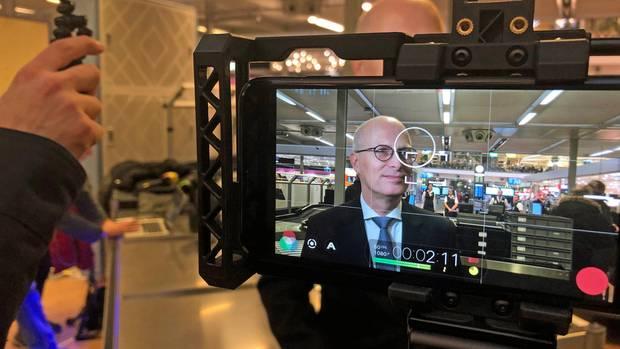 Peter Tschentscher im Monitor eines Fernsehteams